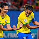 Com Thaisa, Marta celebra gol marcado hoje