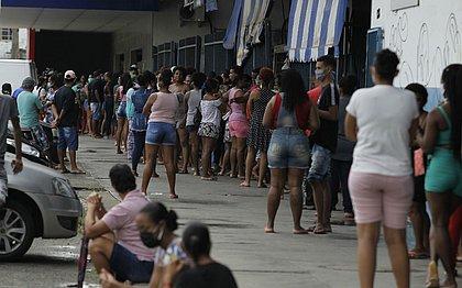 Até as 15h desta terça (21) a fila chegava no fim do Centro de Abastecimento da Cesta do Povo