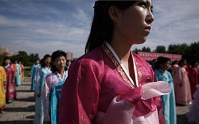 Coreanas usando vestes tradicionais participam de uma 'marcha internacional pela paz, prosperidade e reunificação da Coreia', com a presença de várias organizações de amizade em Pyongyang.