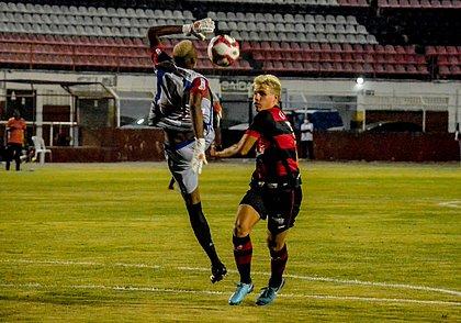 Vico disputa bola com o goleiro Deijair no estádio Carneirão, em Alagoinhas