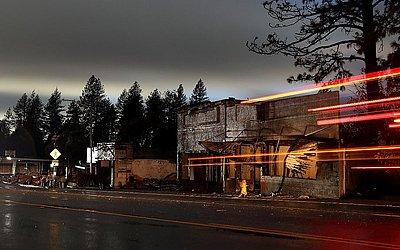 Local destruído pelo fogo em Paradise na Califórnia. Alimentada por ventos fortes e baixa umidade, o fogo rasgou a cidade de Paradise com mais de 150.000 hectares de carbonização e  matou pelo menos 83 pessoas.