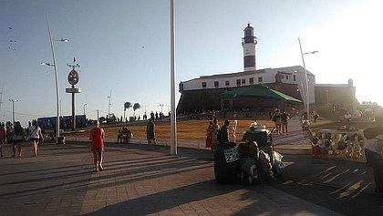 Salvador tem domingo de carnaval de praias cheias e foliões saudosos