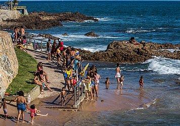 Crianças brincam na Praia de Ondina na sexta-feira (18)