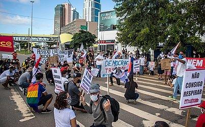 Uma das faixas da pista foi interditada no sentido Avenida Luís Vianna (Paralela), e policiais militares acompanharam o protesto.