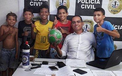 Revoltadas após vizinha 'confiscar' bola, crianças vão a delegacia denunciá-la