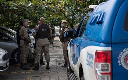 Policiais aguardam na porta do Hospital Roberto Santos
