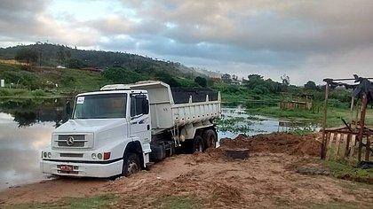 Areia extraída ilegalmente em rio baiano é usada até para pavimentar estrada