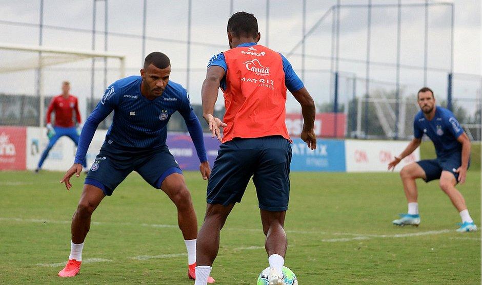 Ernando treinou entre os titulares e deve ser novidade do Bahia contra o Atlético-MG