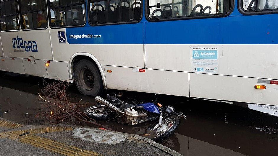 Mulher morre em acidente entre moto e ônibus no Comércio