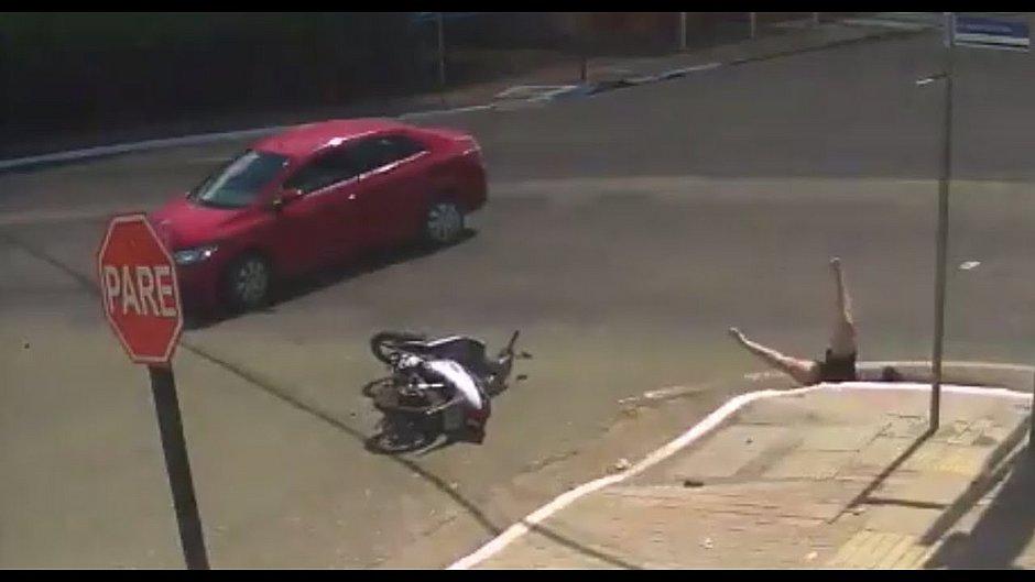 Motociclista cai em bueiro após ser atingida por carro no Pará