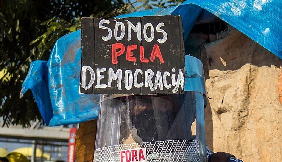 Manifestante em protesto pró-democracia, em Salvador, no início deste mês