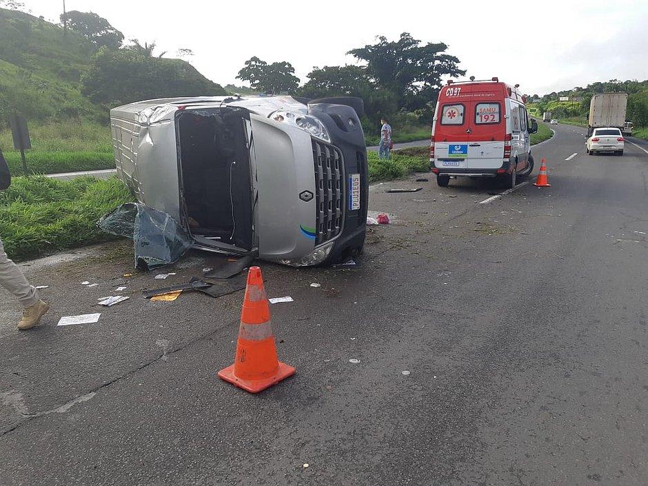 Acidente com van deixa cinco pessoas feridas na BR-324, perto de Candeias