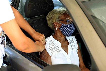 Salvador: Idosos a partir de 65 anos começam a ser vacinados nesta terça
