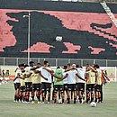 Jogadores do Vitória abraçados no gramado do Barradão