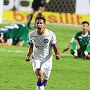 Fessin vibra com o gol marcado nos acréscimos, que garantiu o Bahia fora da zona de rebaixamento