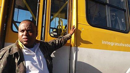 Cobrador Adalberto Guedes, 33 anos, mostra chaparia do ônibus perfurada por tiro