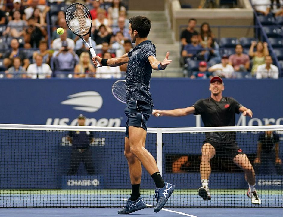 Djokovic rebate bola no jogo contra Milmann