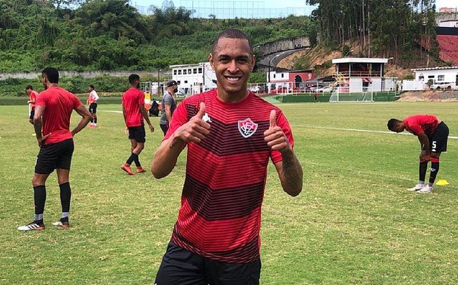 Lateral Leandro Silva pode estrear contra o Cruzeiro