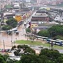 Cruzamento entre a Rua Cônego Pereira e Avenida Heitor Dias alagado