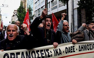 Manifestação de aposentados no centro de Atenas contra mais reduções planejadas pelo governo grego.
