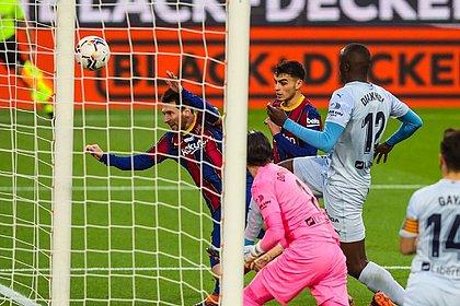 O momento em que Messi iguala o recorde de Pelé