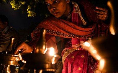 Ativista indiano participa de uma vigília no estado de Kerala, em protesto contra o governo. O templo de Sabarimala no sul do estado tornou-se um grande campo de batalha entre radicais hindus e ativistas de gênero.