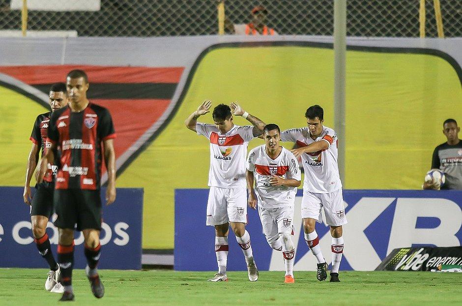 Léo Ceará faz gol e não comemora no jogo entre Vitória e CRB