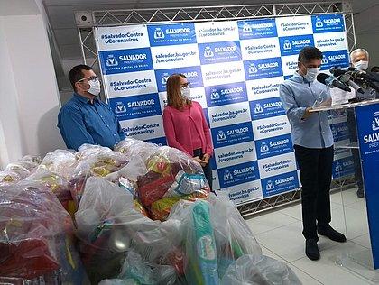 Pacientes da Apae recebem 230 cestas básicas doadas em Salvador