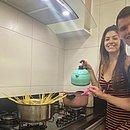 Cozinheiro de mão cheia, Vico prepara o almoço na companhia da esposa Karen