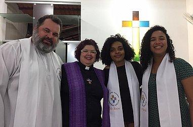 Pastor Joel Zeferino com fiéis da Igreja Batista Nazareth, no bairro do Nazaré