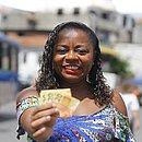 Elaine garantiu o pagamento da matrícula do filho e até uma festinha com o dinheiro do caixa, que ela não abre mão de participar