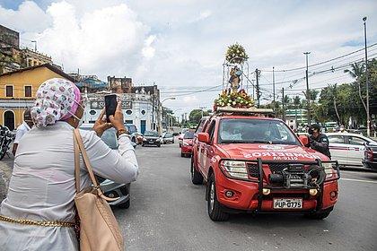 Bombeiros carregaram a imagem da santa pela cidade