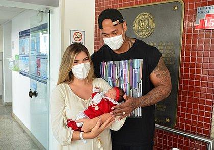 Lore Improta e Léo Santana deixam maternidade com a filha Liz