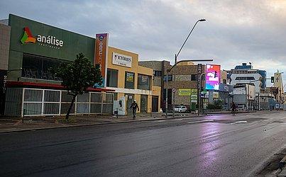 O comércio fechou e as ruas ficaram desertas na Pituba.
