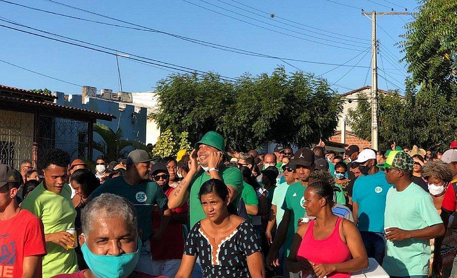 Passeata do prefeito de Riachão do Jacuípe e candidato a reeleição Zé Filho teve aglomeração e gente sem máscara