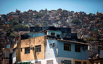 Bala perdida mata homem com bebê no colo na Rocinha