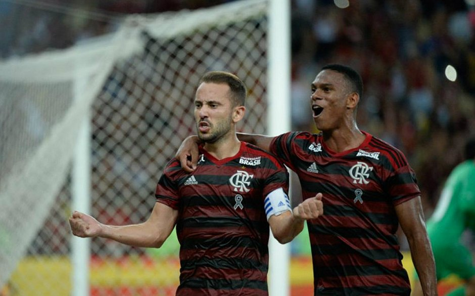 Everton Ribeiro e Lucas Silva comemoram classificação do Flamengo