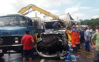 BR-324: Acidente com quatro caminhões e um carro deixa três pessoas em estado grave