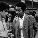Gilberto Gil e Caetano Veloso, no aeroporto, a caminho da Europa