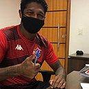 Rodrigo Andrade assina novo contrato com o Vitória