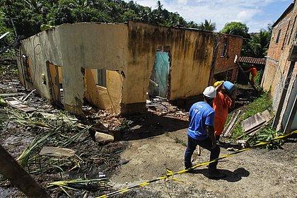 Imóveis atingidos por deslizamento de terra são demolidos em Valéria