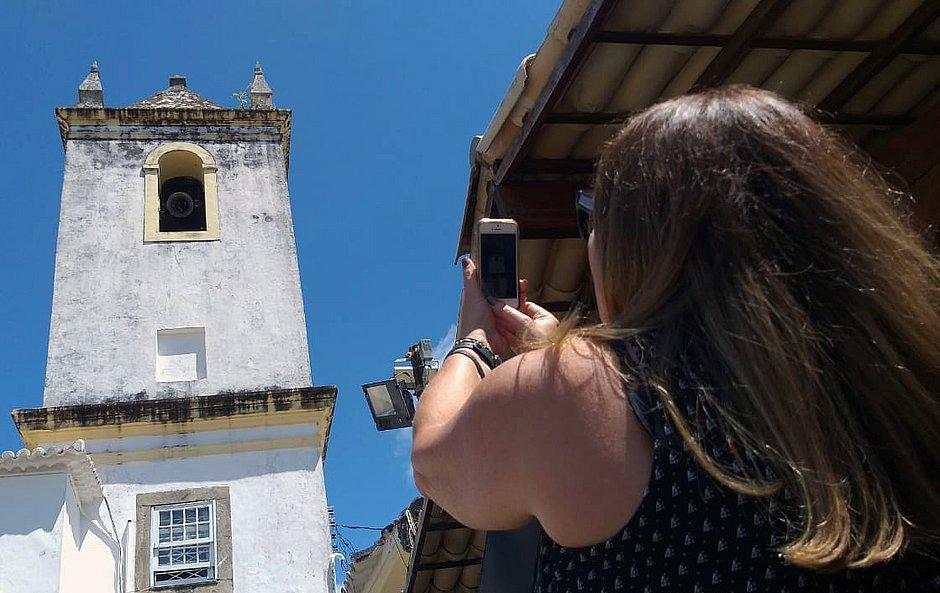 Fiéis vibram com a volta do toque dos sinos em igreja da Barra (Foto: Mauro Akin Nassor/CORREIO)