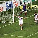 Lucas Fonseca faz lambança e depois vai buscar a bola na rede, enquanto Pedro comemora