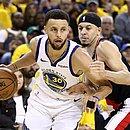 Stephen Curry passa pelo irmão Seth Curry, do Blazers