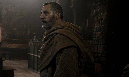 John Turturro (esq) vive William de Baskerville, papel que foi de Sean Connery no filme
