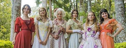 Orgulho e Paixão fira em torno da famIlia Benedito: Ofelia ( Vera Holtz ) e as filhas: Elisabeta (Nathalia Dill), Jane (Pamela Tomé), Cecília (Anajú Dorigon), Lídia (Bruna Griphão) e Mariana (Chandelly Braz)