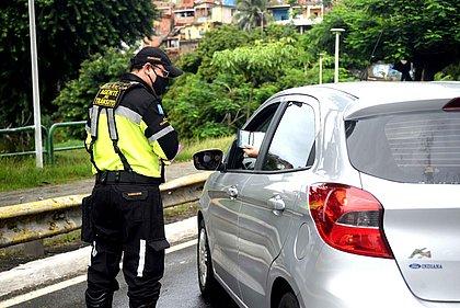 Agente da Transalvador aborda motorista no Dique do Tororó, em Salvador