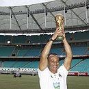 Cafu com réplica da taça da Copa do Mundo em visita à Fonte Nova, em 2014
