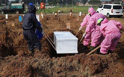 Pessoas anti-máscaras são obrigadas a cavar covas para vítimas da covid-19