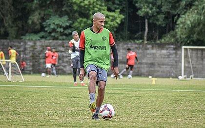 Volante uruguaio Paulo Siles treina com o grupo na Toca do Leão